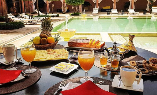 Petit déjeuner au bors de la piscine à Marrakech